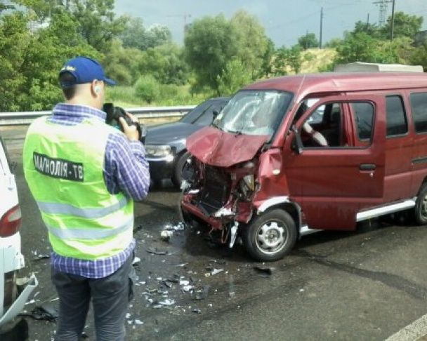 Потрійна ДТП у Києві: китайське авто протаранило вантажівку та мікроавтобус