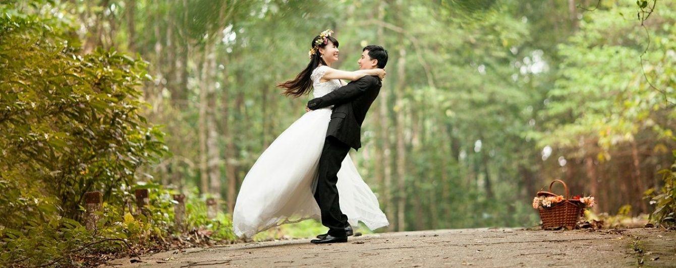 Півстоліття разом. У китайському Цзі Нань 99 пар відсвяткували золоте весілля