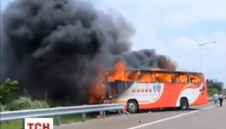 Появилось видео, как в Тайване горел автобус с туристами