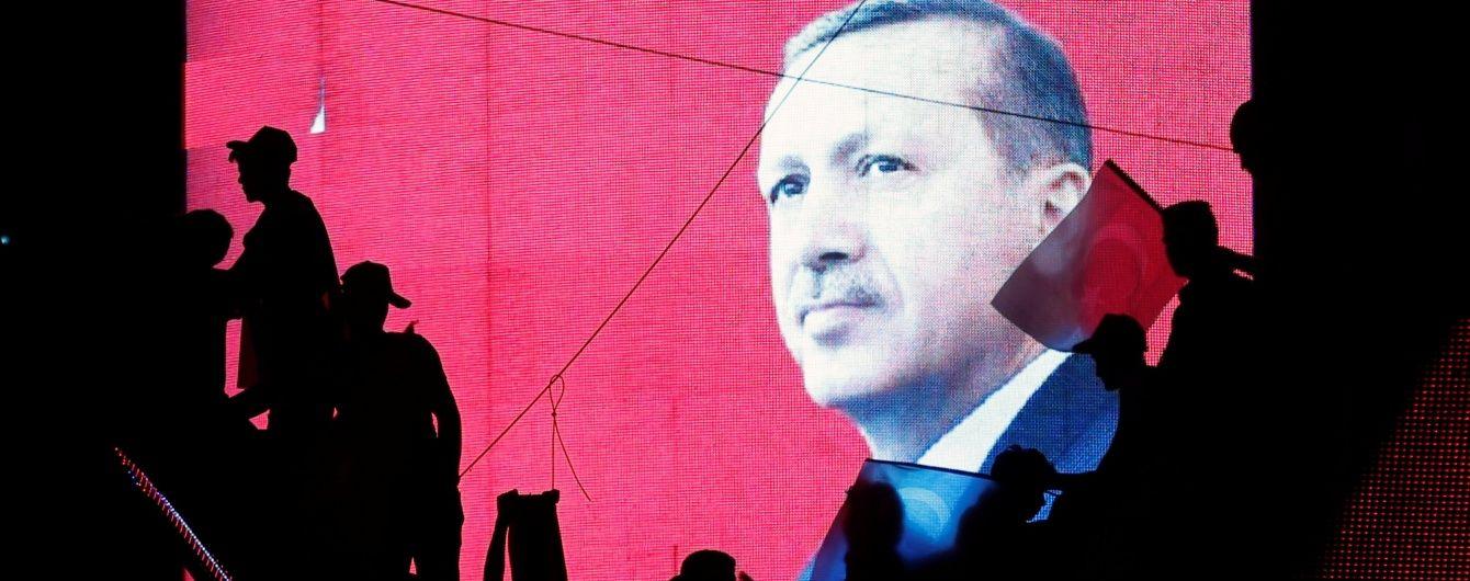 У Туреччині заарештовано двох членів Конституційного суду і головного військового радника Ердогана