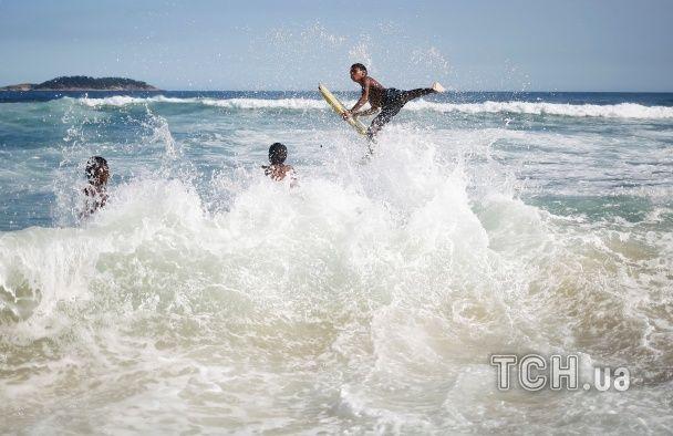 Нічний волейбол та стрибки у воду. Як живуть пляжі Ріо напередодні Олімпіади