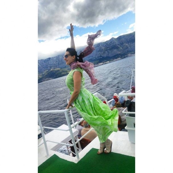 Соломія Вітвіцька у дизайнерських сукнях насолоджується яскравою відпусткою із коханим