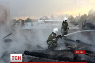 Влада Полтави не поспішає рятувати підпалену блискавкою багатоповерхівку в середмісті