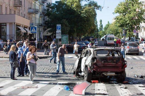Згоріле вщент авто та десятки роззяв. З'явилися нові фото з місця вбивства Шеремета