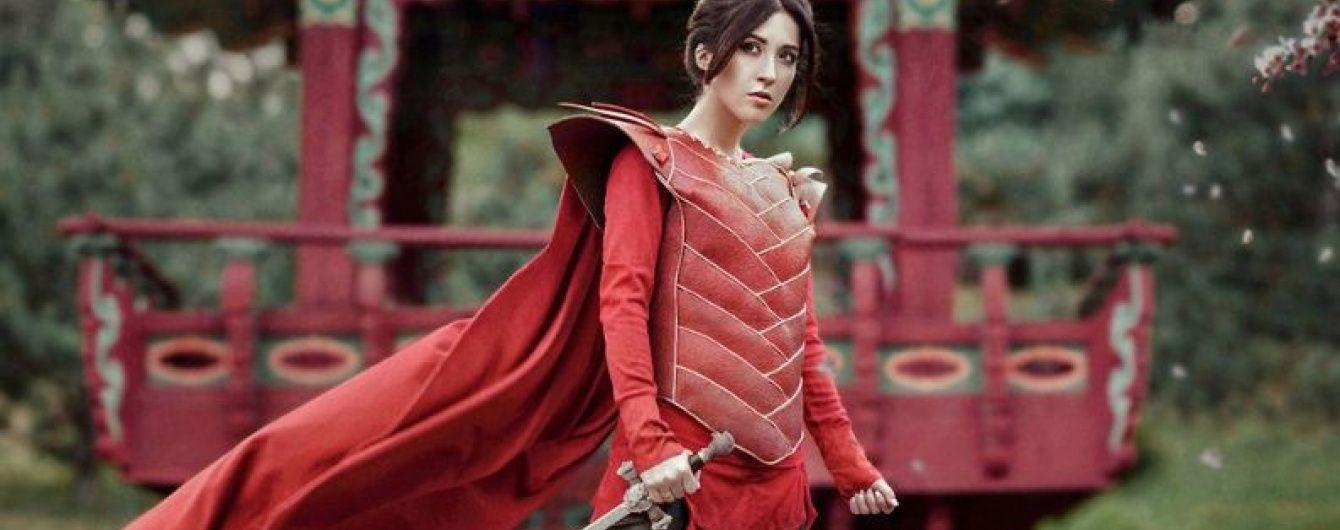 Анна Завальська у яскраво-червоному плащі втілила образ войовничої Мулан