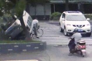 У Мережі з'явилося приголомшливе відео, як у Китаї фургон пролетів над головою велосипедиста