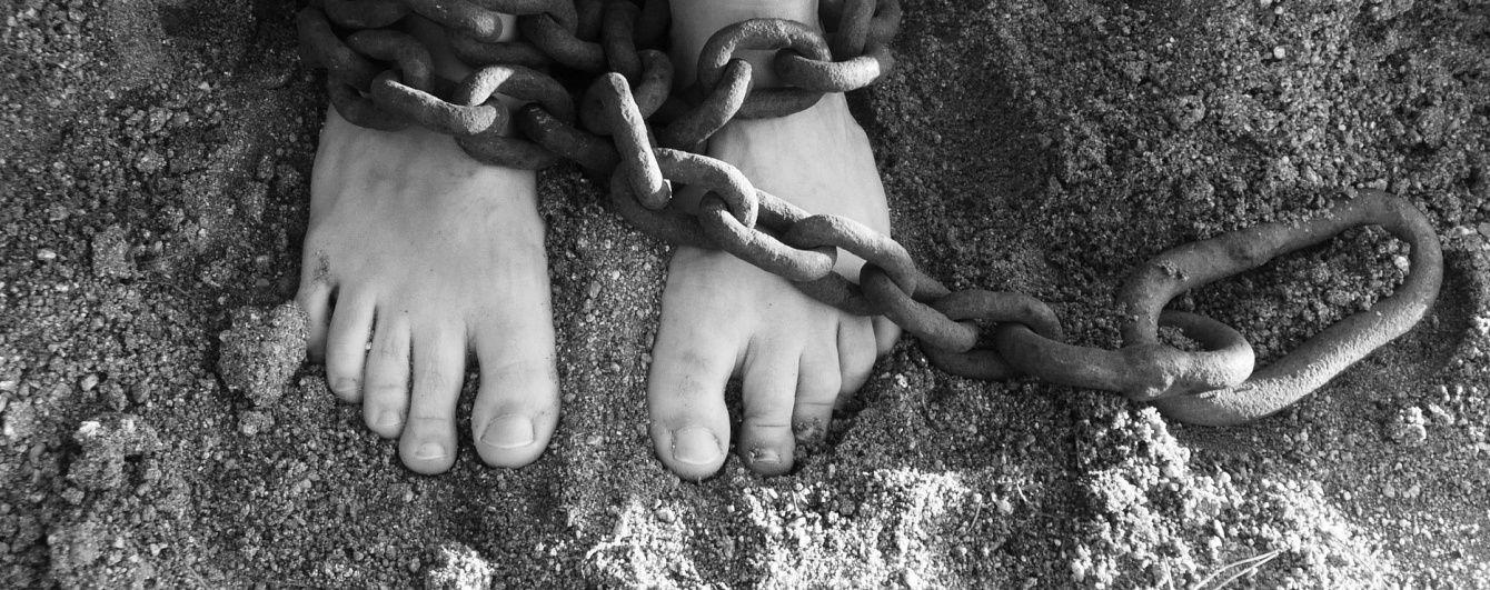 Знущання та катування. Amnesty International опублікувала доповідь про тортури на Донбасі