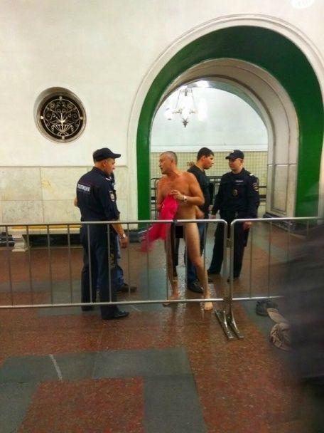 У Мережі з'явилося відео із чоловіком, який роздягнувся перед поліцією у московському метро