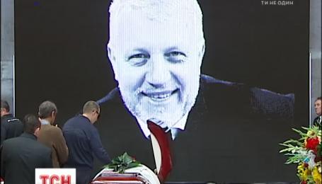В Киеве сотни людей пришли проститься с Павлом Шереметом