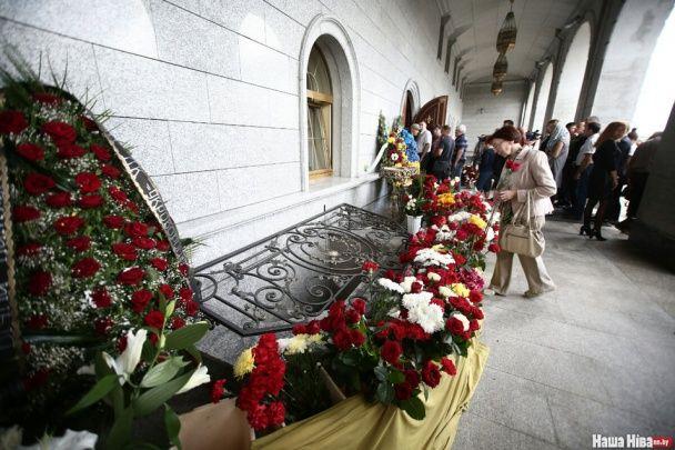 Під оплески й у вишиванках. У Мінську поховали журналіста Павла Шеремета
