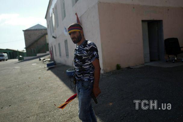Радикали, які захопили поліцейський відділок у Єревані, відмовилися здатися