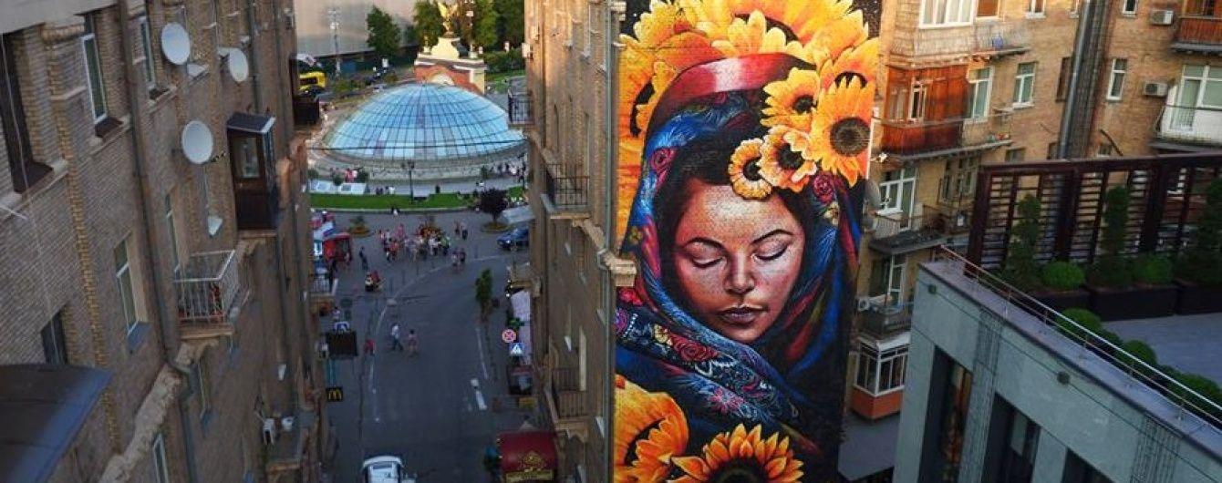 В сердце Киева появился живописный мурал с огромной Берегиней