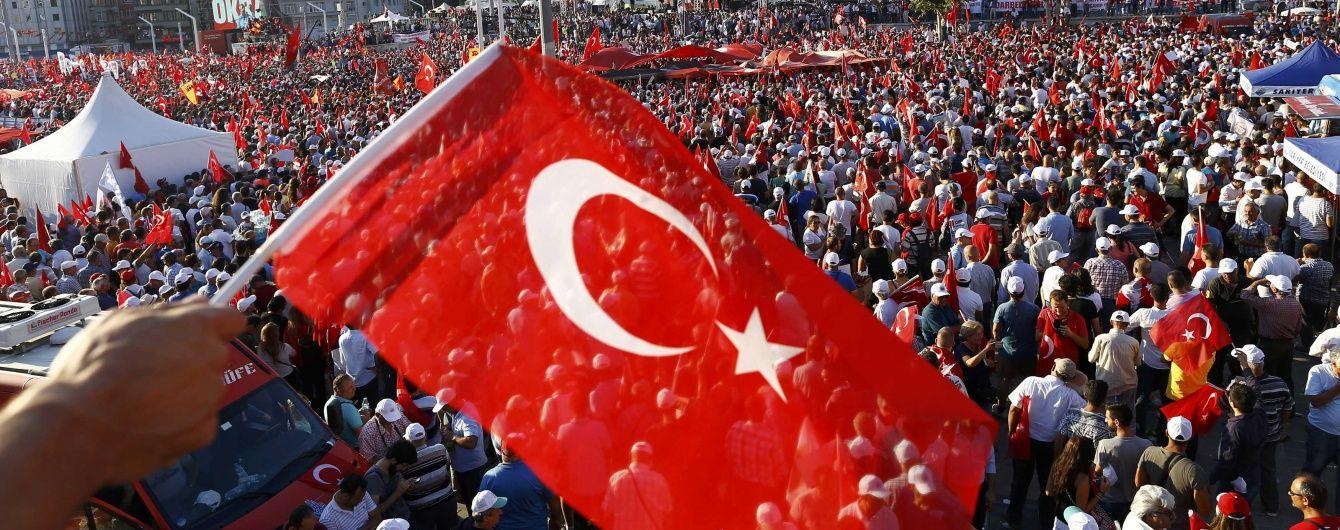 В Анталії під час акції на підтримку Ердогана прогримів вибух, є поранені