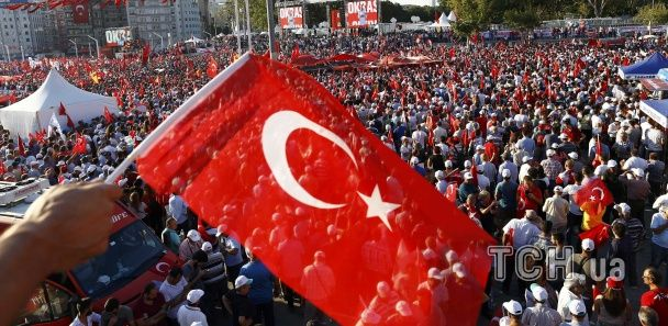 У Стамбулі десятки тисяч людей вийшли на мітинг на захист демократії