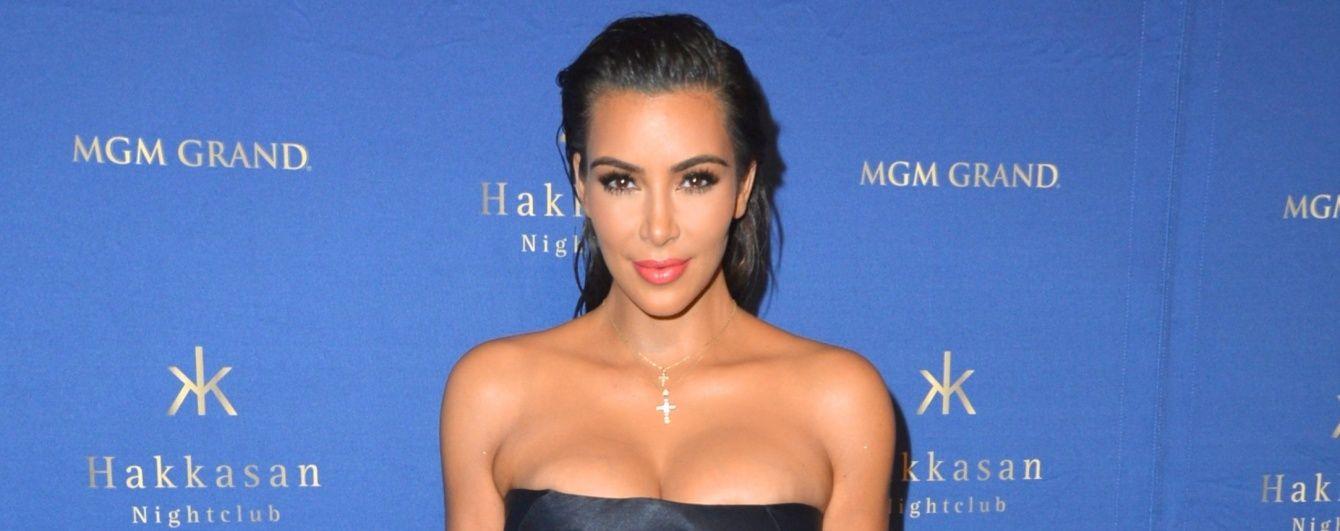 Как всегда, хороша: Ким Кардашьян продемонстрировала сексуальную фигуру в шелковом платье