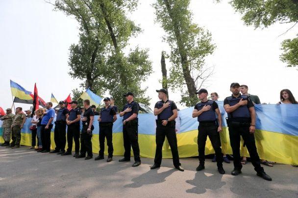 Під Борисполем понад сотні активістів створили блокпост, аби не пускати хресний хід УПЦ МП