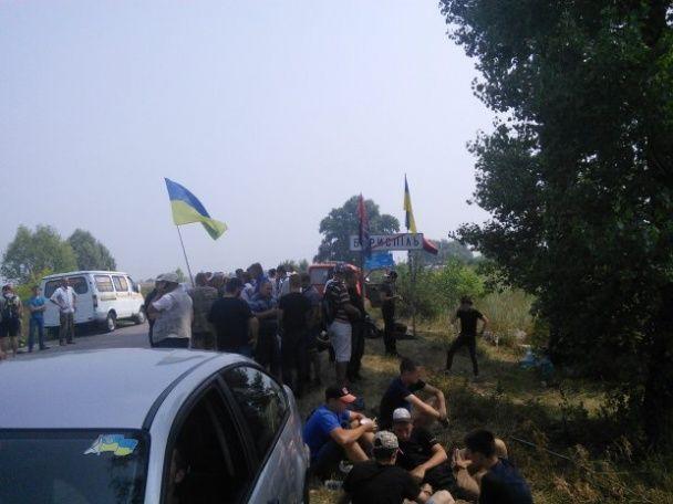 Під Борисполем понад сотні активістів створили блокпост, аби не пускати хресну ходу УПЦ МП