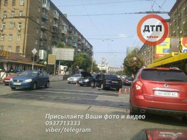 У Києві на перехресті зіткнулись два легковики, серйозно постраждав водій