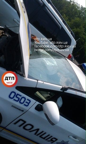 У Києві патрульні на швидкості протаранили позашляховик, є постраждалі