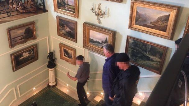 Стоси доларів і старовинні картини. ФСБ влаштувала обшуки у головного митника Росії