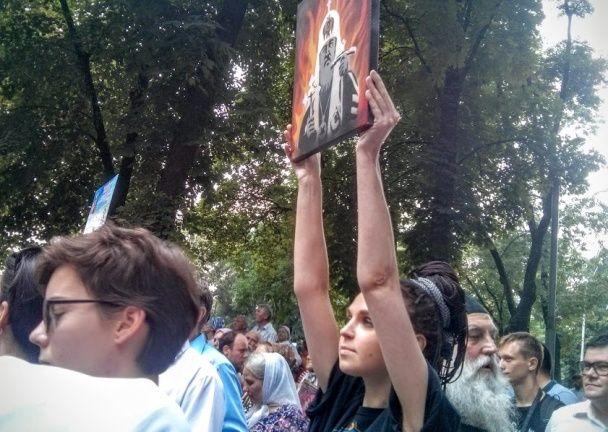 Патріарх Кирило у пеклі. Столичну журналістку затримали за мовчазний протест