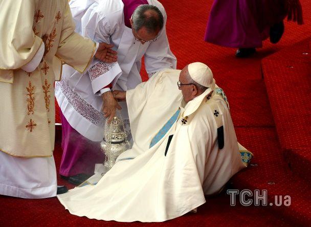 Папа Римський упав під час святкової меси на очах у десятків тисяч католиків