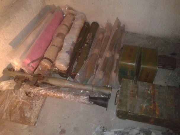 Гранатомети та протитанкові міни. СБУ знайшла під Дніпром величезну схованку зброї