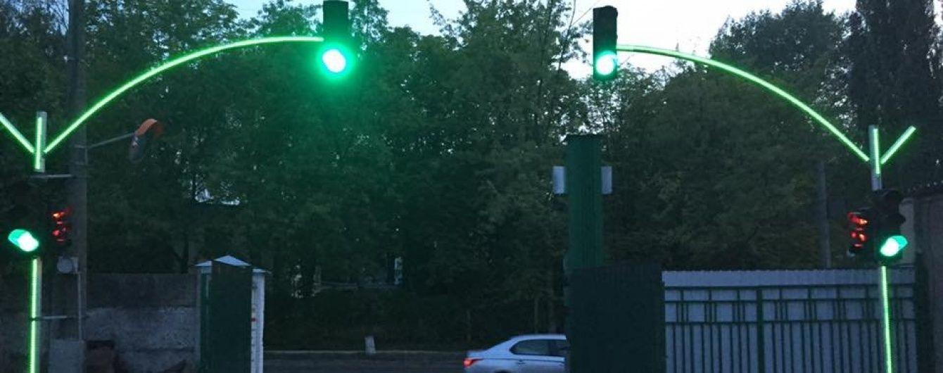 У Києві для зручності водіїв встановлять експериментальний світлофор, який буде видно здалеку
