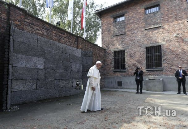 Папа Римський уперше на власні очі побачив жахи Освенциму. Фоторепортаж