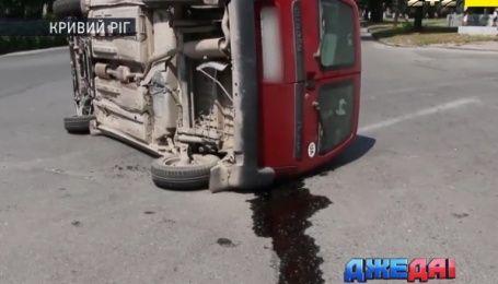 """""""Жигули"""" уложили иномарку на бок и смерть военного под колесами - аварии с дорог Украины"""