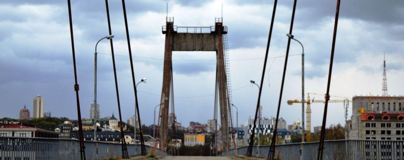 Фатальне селфі: юнак зірвався з Рибальського мосту в Києві, поки робив фото