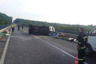 На Львівщині мікроавтобус влетів на швидкості у вантажівку, є загиблі
