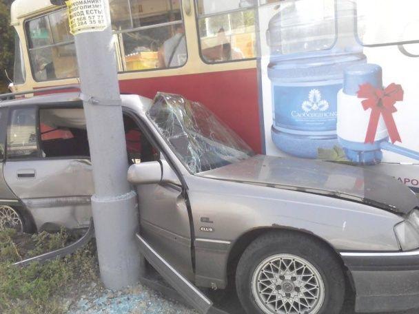 Дрифт у Харкові: Opel підрізав трамвай, який зійшов з рейок та вчавив авто у стовп