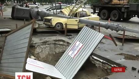 У Харкові 6-метрова електроопори розчавила легковик