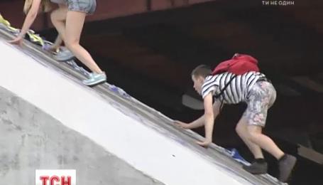 Попытка сделать селфи на Рыбацком мосту в столице стоила подростку жизни