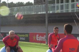 Мессі та Суарес влаштували футбольну битву на фітболах