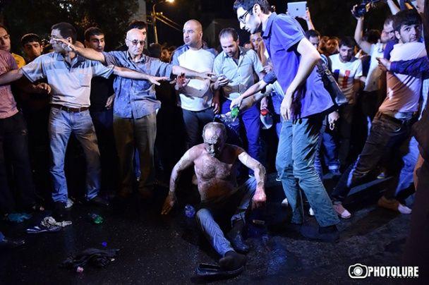 На мітингу в Єревані один із учасників намагався себе спалити