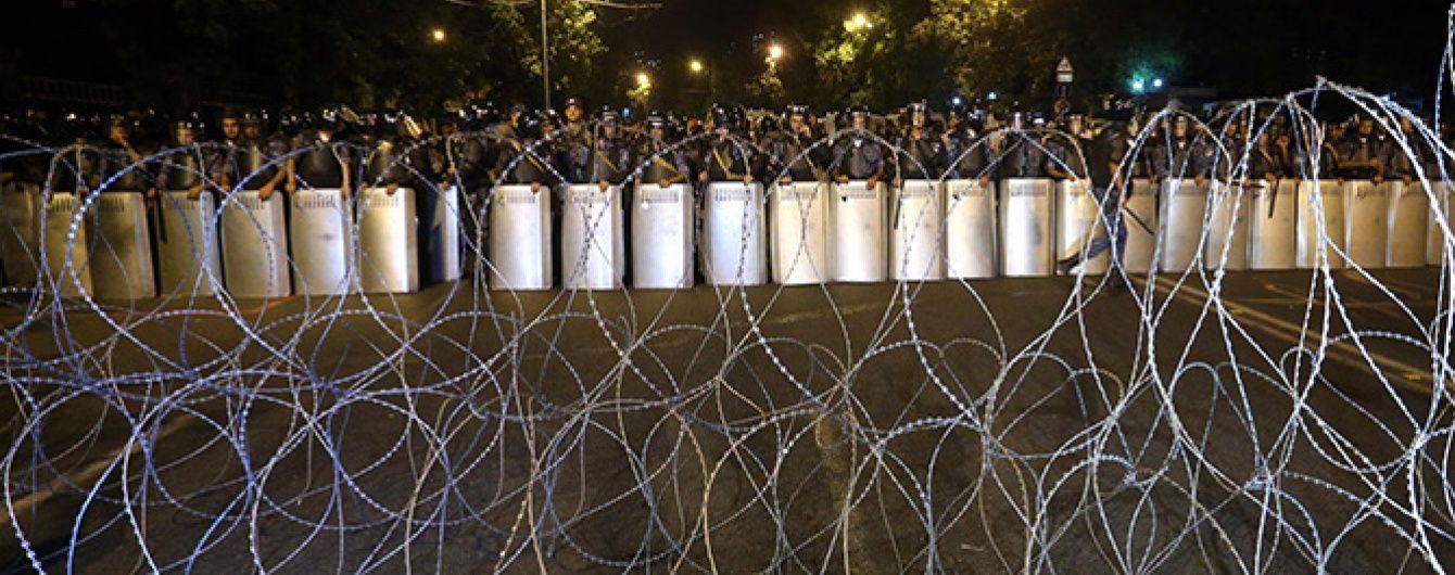 У Єревані повстанці відпустили двох заручників-медиків із захопленої будівлі поліції