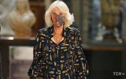 В улюбленій сукні з пір'ям: герцогиня Корнуольська з чоловіком відвідала галерею