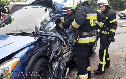 Автомобіль перетворився на купу металу: у Дніпрі в страшній ДТП загинув чоловік (відео)