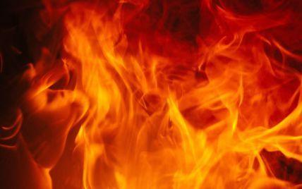 Вогняна пристрасть: на Київщині після сварки із колишньою дружиною, чоловік підпалив двері її квартири і сам обгорів