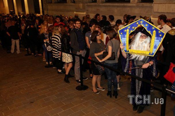 Відьомські капелюхи і сотні фанатів: у Лондоні стартував продаж восьмої книги про Гаррі Поттера