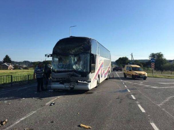Біля Львова автобус із півсотнею дітей врізався у маршрутку