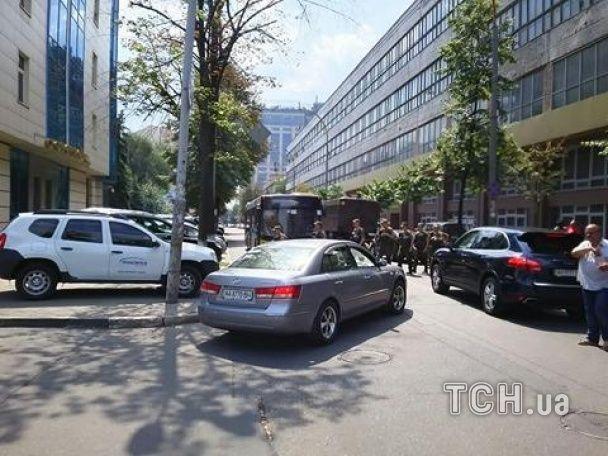 Під Печерський суд, де оберуть запобіжний захід Єфремову, звезли вантажівки з силовиками