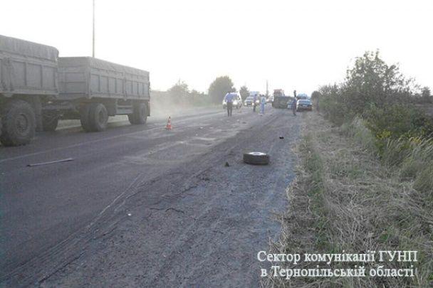 Потрійна ДТП під Тернополем: Audi на зустрічній смузі перекинув мікроавтобус і втік з місця аварії
