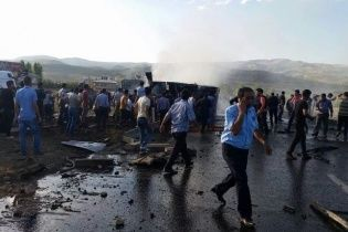 У Туреччині начинена вибухівкою вантажівка врізалась у поліцейський автобус - ЗМІ