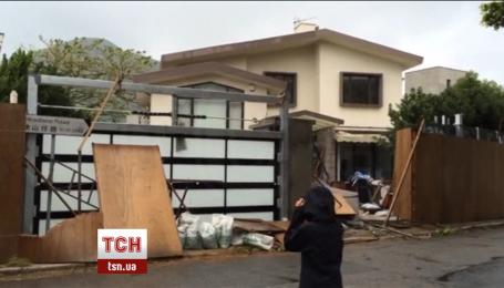 """Тайфун """"Ніда"""" пронісся Гонконгом, руйнуючи будинки та зриваючи дерева"""