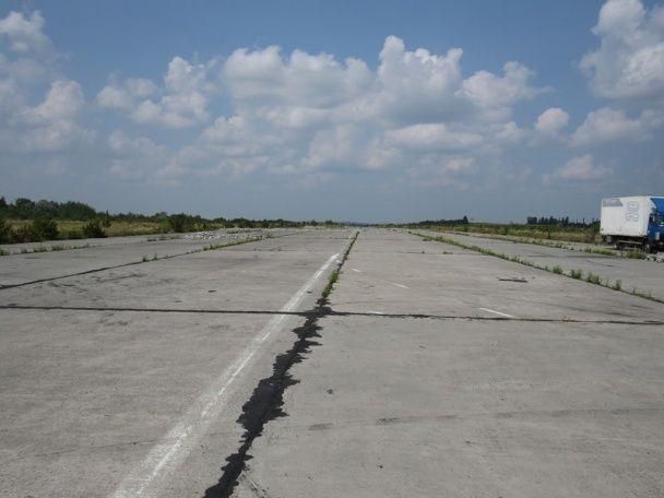 Металобрухт на пероні. У Мережі оприлюднили фото занедбаного аеропорту у Хмельницькому