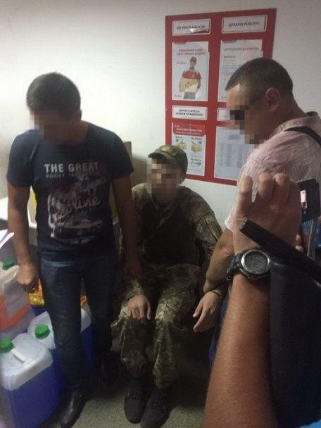 СБУ у районі АТО затримала поліцейського за вимагання грошей у військового