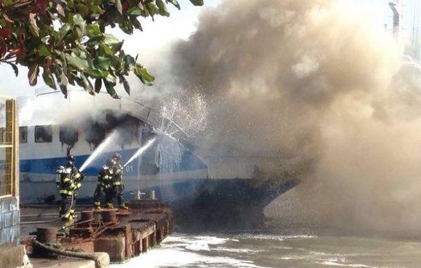 ЗМІ опублікували фото та відео масштабної пожежі катера в Бразилії
